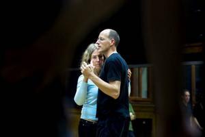 """""""Gå, gå, håll."""" Danslärarna Anders Eriksson och Christina Persson visar först. Sedan får alla prova att göra likadant.""""Låt musiken leda er in i dansen, i stället för att räkna steg"""", säger Anders."""