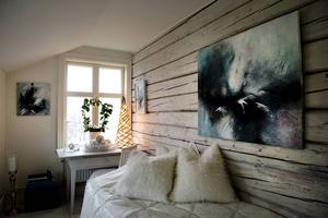 Gästrummet uppe har dekorerats inför vintern. I år blev det mest vitt. På väggen hänger Åsas egen konst.