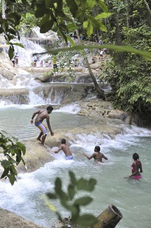 Dunn Falls är en annorlunda upplevelse av ett vattenfall - den som vill vandrar uppför fallen, vilket tar en halvtimme.