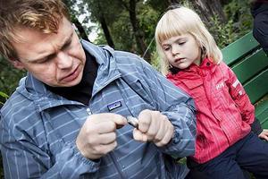 Lova Murén fick hjälp av pappa Janne Murén att ta ut kroken från första fångsten.