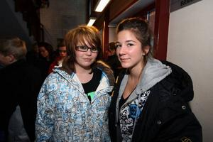 Hanna Styffe och Julia Törnberg tyckte det var intressant dag på gymnasiet men båda siktar på att studera utanför hemkommunen.foto: håkan degselius