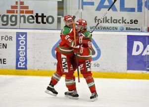 Emil Djuse (till höger), som här kramas om av backkollegan Kevin Mitchell, missade mötet mot Djurgården i fredags efter en sträckning i nacken. Måndagens match mot Asplöven ska han enligt sig själv kunna spela.