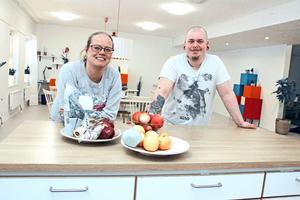 Anna-Karin Hagberg och Fredrik Svee jobbar som omsorgsassistenter i nya gruppbostaden Kopparvägen.
