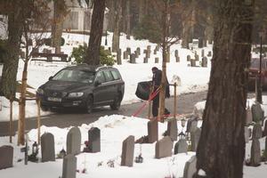 Den 15 november förra året genomförde polisen en gravöppning på Gustavsbergs kyrkogård utanför Stockholm. Aki Paasilas kista kom åter i dagen och polisens tekniker tog olika prover. Bland annat testades mängden kiselalger i hans inre organ som gav en tydlig bild av att Aki Paasila inte kunde ha drunknat i Hjälmaren, på sommaren.
