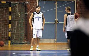 Stefan Hellgren startar sin åttonde säsong med Jämtland Basket. Han gör det mot sitt gamla lag, LF från Luleå.