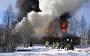 Persborg brinner för andra gången. Brandkåren har övning när de sista resterna av Sjurbergs storhetstid försvinner. Foto: Birgit Nilses Gröndahl
