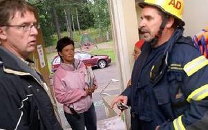 Här kommer Rosie Trygg, insatschefen Anders Danielsson och kommunens Kalle Berg fram till att potatiskoket i den fuktvarma väderleken kanske utlöste brandlarmet på dagiset.FOTO BOO ERICSSON