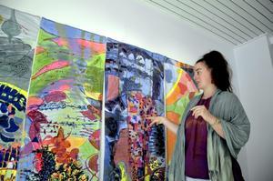 Mixar tekniker. Textilkonstnären Karin Gorard tillsammans med sitt verk Lannafors, där hon blandat textilt måleri med blyertsteckningar och broderier.