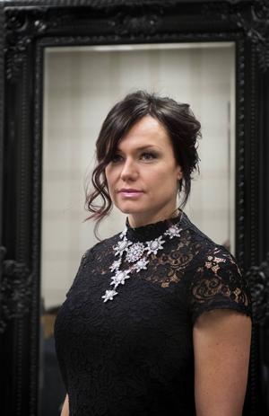 Jenny Sjöholm, har fått en vacker och lagom slarvig håruppsättning.