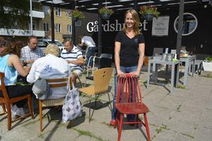 Hotellchef Malin Wermelin framför Gårdshuset där stolarna ska vara när renoveringen är färdig.