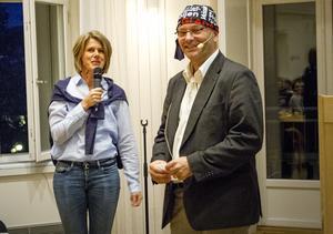 Jenny Alvolin, strateg för social hållbarhet, såg till att Ludvig Sandberg från Forum belönades med en kommunmössa.