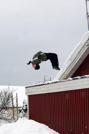 Grannen Morgan Emgardsson beslutar sig för att göra en bakåtvolt ner från mitt garagetak när vi hade skottat färdigt.