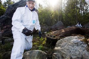 Jan Mårtensson är egentligen pensionär men arbetar nu med saneringen av olja i skärgården.