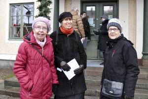 Harriet Alander, Eva Ersbacken, och Sylvia Lundewall framför Rådhuset i Hedemora. Harriet Alander var med och tog fram informationen till de nya skyltarna och Sylvia Lundewall har jobbat med att uppdatera skyltarna. Sylvia mottog även nyligen Hedemoras kulturstipendium 2015.