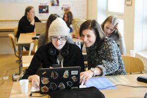 Linnéa Busk, som går i årskurs 9, får hjälp av resurspedagog Susanne Åberg med matematikövningarna.