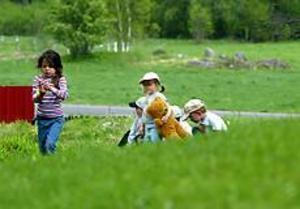 Foto: ANNAKARIN BJÖRNSTRÖM Utelek. Cilla Bruvik, Elin Brodén och Johan Eklund kunde både springa och hitta sniglar i allt gräs runt Mårtsbo skola.