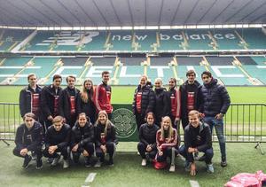 Hela gänget samlat på innerplanen av Celtic Park i Glasgow.