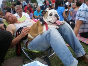 Tobbe o Selma kollar på fredagens cruisingen,en sann Göteborgare och en Engelsk bulldog!