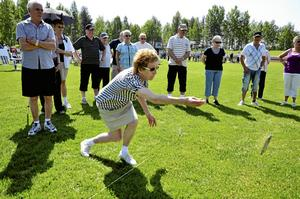 - Nu ska ni få se på min stil, sade Ulla Landmark från Ställdalen. Ulla har hittills kastat hästskor i 72 år. Hon började när hon var 8 år och har inte planer på att lägga av ännu.