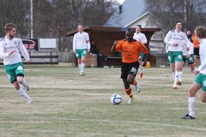 1-1 skytten Troy Pennycoke-Morgan driver bollen framåt omgiven av vitklädda motståndare, en vanlig syn på Svedjevallen i torsdags.