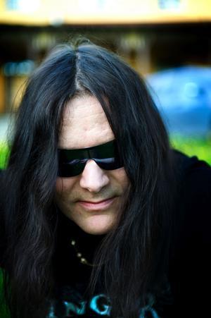 Patrik Johansson, som bland annat även sjunger i Astral doors och Civil war, står för sånginsatsen.