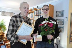 Tore Kristoffersson fick ta emot miljöpriset på 10 000 kronor av miljö- och byggnämndens ordförande Lars-Gunnar Nordlander.