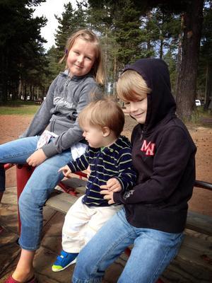 Tilde Blomé med sina småbröder Oscar, 1 år, och Viggo, 7 år.