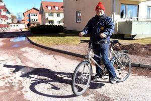 """Detta är inte en ovanlig syn för de som bor i Mora: Ingvar """"Nille"""" Niilimaa på sin trogna cykel."""