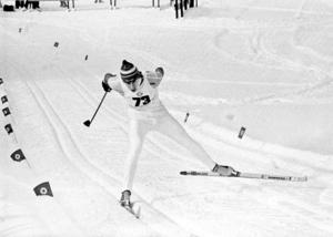 Längdskidåkaren Gunde Svan stakar in som guldmedaljör vid de olympiska vinterspelen i Sarajevo 1984 – till skillnad från Josefine Owetz som ramlar i spåret.