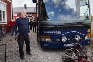 Anders Silverdal kör inte bara buss utan spelar även Gitarr som underhållning för medlemmarna.