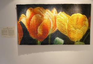 Helena Hernmarck ställer ut en bildväv föreställande tulpaner.