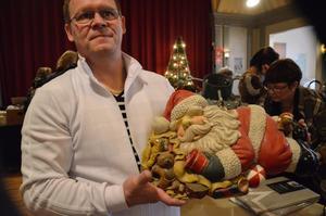 Tomte på köpet. En liten ovanlig julgransfot med en vilande tomte i samma stycke sålde Jussi Jämsä.