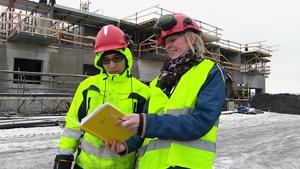 Hassan Ghurbani, elev på Fyrvallaskolan i Östersund, får just nu sin praktik vid bygget av bostäderna på Storsjö Strand. Läraren Eva Malmsten är på besök denna dag för att se att allt fungerar som det ska.