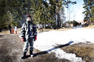 HÄR BLIR DET. Än är det för mycket snö, men lite senare i vår kommer Adam Kautzky och de andra barnen i Hemlingby kunna åka skateboard nedanför slalombacken.