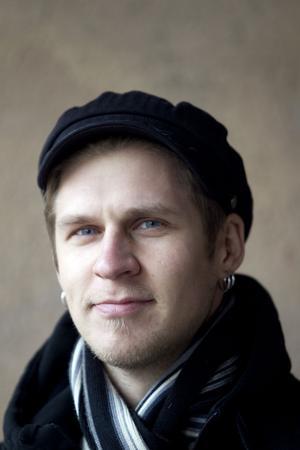 """Också medlem i JLT. Martin Engström på bas. """"Martin är låtskrivaren och producenten, den estetiska som vet när det låter snyggt."""""""