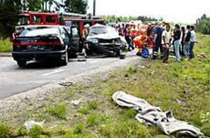 Foto: LASSE HALVARSSON Omkörning. Enligt polisens preliminära undersökning inträffade olyckan vid en omkörning. En Volvo frontalkolliderade då med en Saab.