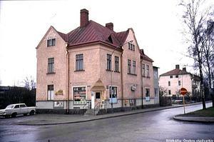 Arnolds Livs på Slussgatan 5 var en mötesplats för både originella och mer ordinära personligheter. BILDKÄLLA: ÖREBRO STADSARKIV
