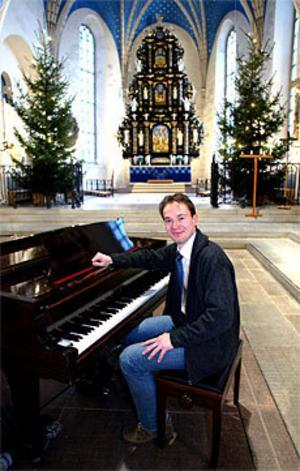 I kväll, julaftonen, leder kyrkomusikern Janniz Jönsson de musikliska inslagen på midnattsmässan i Heliga Trefalighets kyrka i Gävle.
