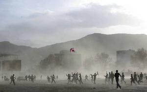Natos trupper i Afghanistan uppfattas på goda grunder som ockupationssoldater. Sverige borde lägga mer på civilt stöd istället för på fler soldater. Det är hög tid att förhandla med talibanerna. Att USA därför inte kan tänka sig att överge striden mot al-Qaida är, däremot en självklarhet. Bilden togs vid det afghanska nyåret i mars.