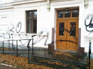 Dörren vid entrén var också den märkt av klotter.