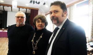 Claes Sundberg, ersättare för Sverigedemokraterna, Moderaternas Lisa Sallin och Vänsterns Jörgen Blom, hade vid kommunfullmäktigesammanträdet inte så mycket att säga om domen. Men Jörgen Blom framhöll att politiker och tjänstemän har ett gemensamt ansvar för kommuns rykte.