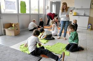 Egna t-shirts. Barnen på Lergökens fritids tejpade mönster på t-shirts som de hade fått sponsrade. Sedan sprejade de färg på.