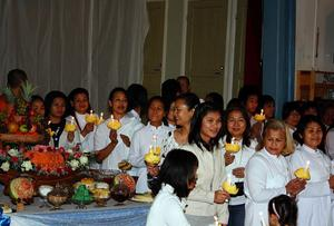 Många hade samlats för att be och ge mat till munkarna som kom besök från Göteborg. Men under ceremonin firade man också den Thailändske kungens födelsedag genom att tända ljus.