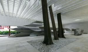 Bakom träden, som tillhör själva paviljongsbyggnaden, syns Siri Aurdals