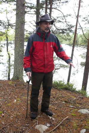 Anders Hansson visar platsen där de grävde fram ett människoskelett för några år sedan.