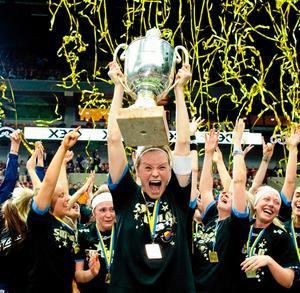 Djurgården jublar med guldmedaljer och Hermine Dahlerus håller upp pokalen efter segern i SM-finalen mot IKSU. Foto: Andreas Hillergren