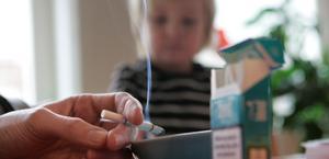 Hälsovådligt. Barn som växer upp i en rökig miljö tvingas oftare söka sjukvård.