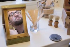 Stubbet sköter Jimmy  Diamandopoulos med vanlig trimmer men hals och kinder rakas dagligen med hyvel. Han brukar se till att gå till en barberare i Göteborg när han besöker staden men på hemmaplan i Avesta följer han sin egen rutin.