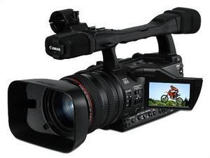 Se ut som ett proffs.Trött på att se ut som en amatör bara för att din hd-videokamera ser ut som en turistkamera? Då är det kanske läge att öppna plånboken lite extra och skaffa en semiproffskamera som den här XHA1 från Canon? Den ryms visserligen inte fickan men har massor av funktioner som enklare kameror saknar, bland annat separat ringar för fokus, zoom och bländare och 1080i-hd-inspelning med professionell kvalitet och valbar bildfrekvens. Prisintervall: 31 999 kr-61 190 kronor.
