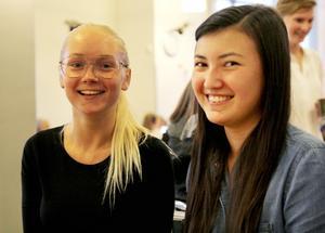 Oliwia Knutar och Emelie Olsson trycker egna t-shirts i sitt UF-företag.
